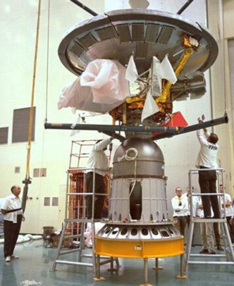 Пионер -10 перед установкой на ракету